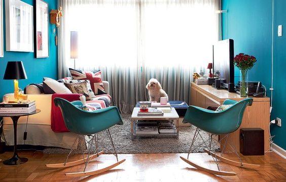 sala com paredes e cadeiras coloridas