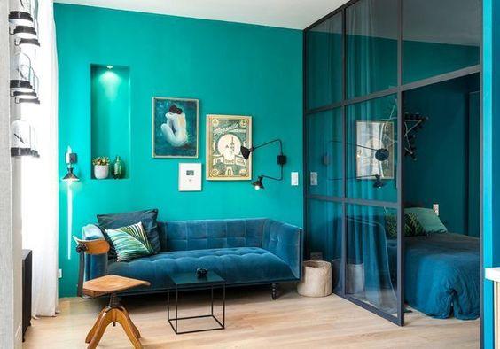 apartamento pequeno com paredes e sofá em diferentes tons de azul