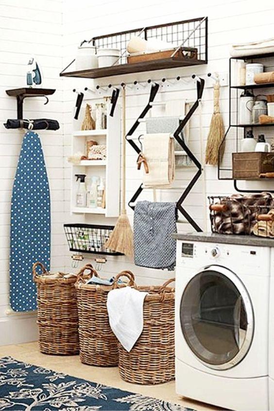 organização de lavanderia com cestas para roupas