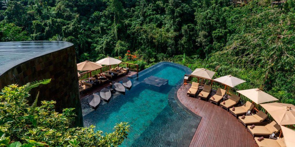 piscina com deck de madeira paradisíaco