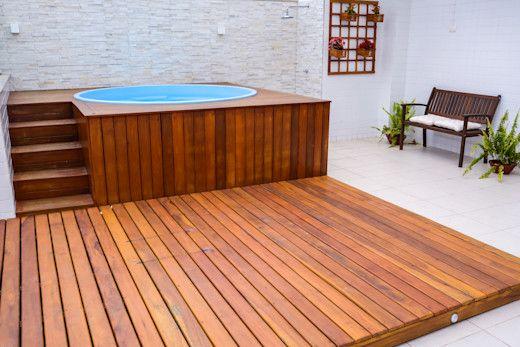 piscina com deck redonda e suspensa co solo de madeira