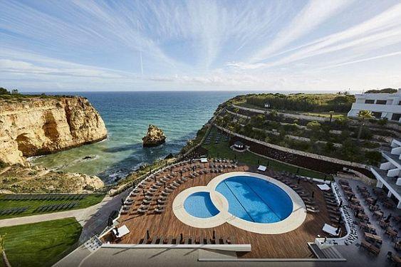 piscina com deck de madeira em hotel gigante