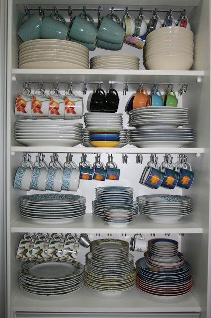 como organizar a casa e manter as louças no armário com suporte para xícaras