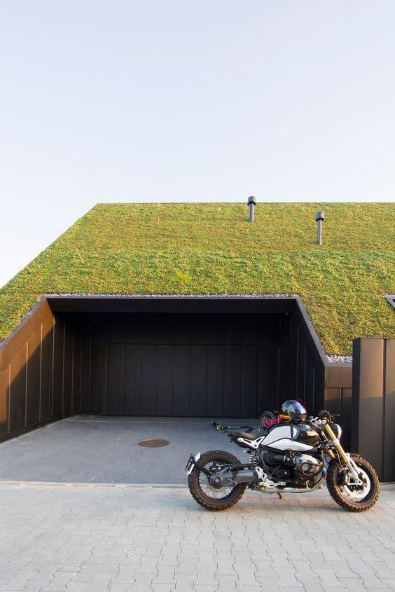 arquitetura moderna em garagem com teto verde e moto frontal