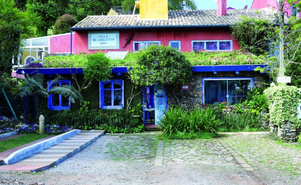 casa estilo rústico com jardim no telhado