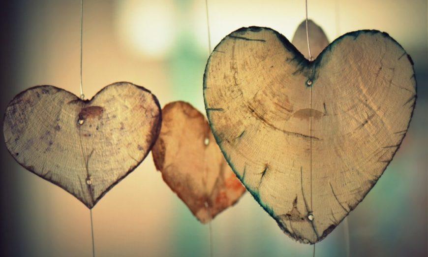 corações suspensos representam o amor