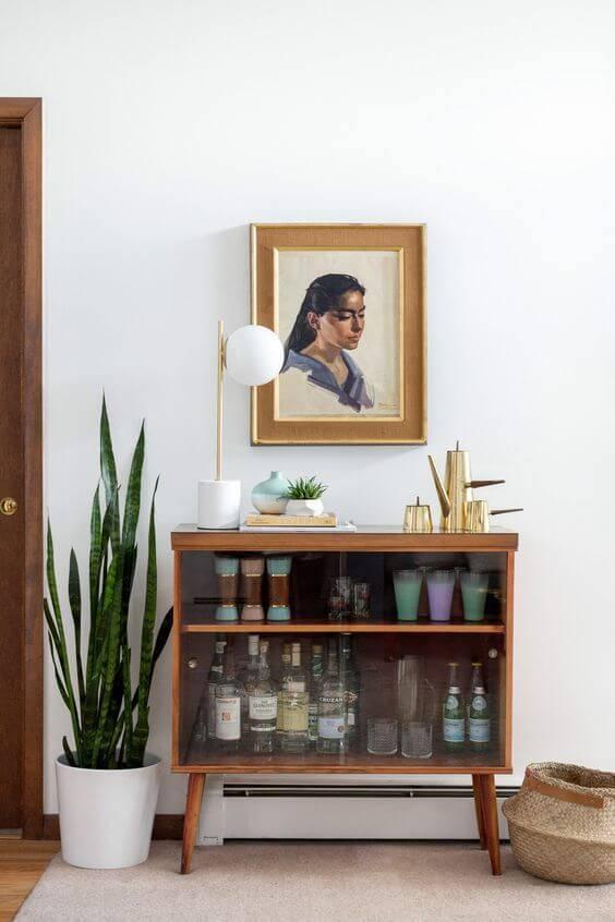 vaso branco com planta bar de vidro