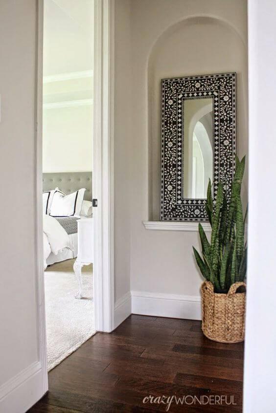 corredor com espelho cesto com planta