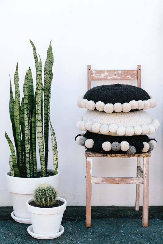 vaso plantas com cadeira de madeira