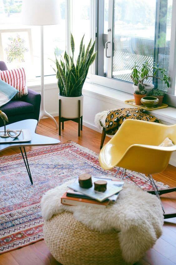 sala de estar colorida com tapete sofá e plantas