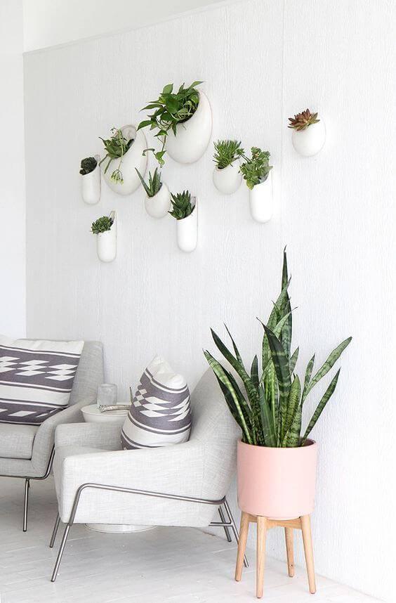 sala de estar com vaso rosa e poltronas