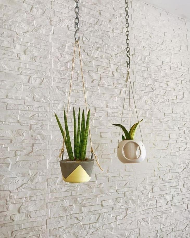 vaso suspenso com cordas e plantas