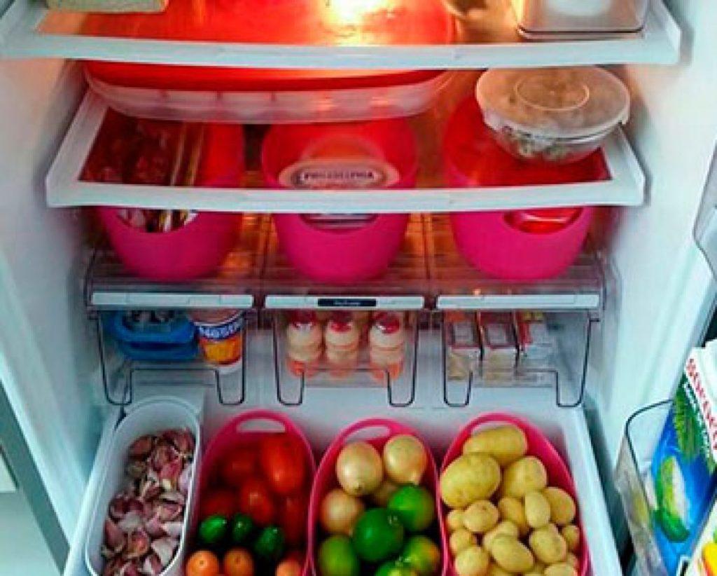 como organizar a casa com geladeira e cestos separador de alimentos