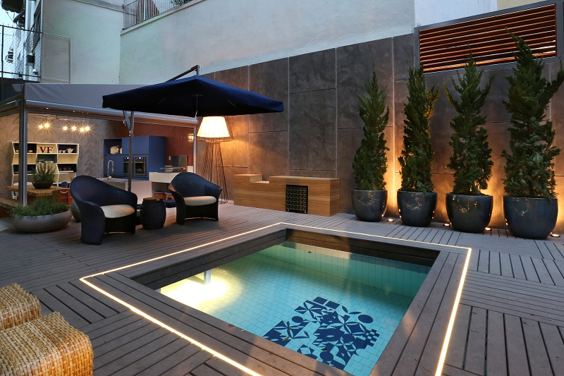 piscina area externa pequena com iluminação