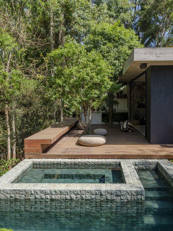 piscina de pedras em piso de madeira
