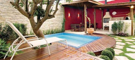 piscina pequena em espaço de churrasqueira