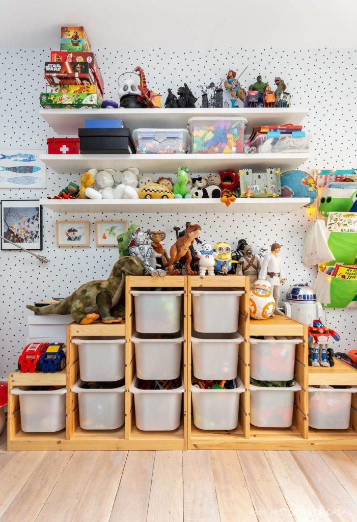 quarto infantil com prateleira e caixas organizadoras
