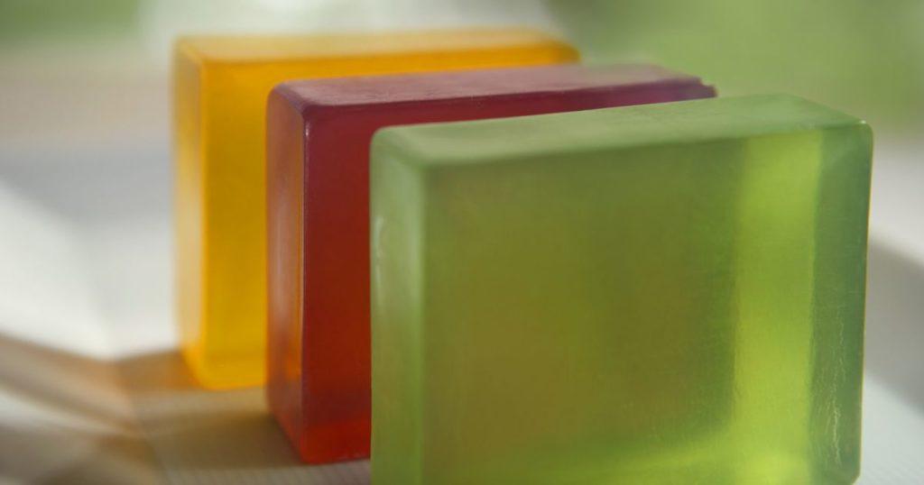 Três cores de sabão glicerinado.