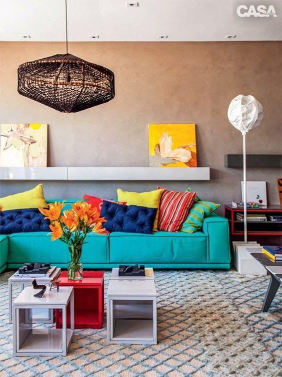 sala de estar colorida com sofá azul