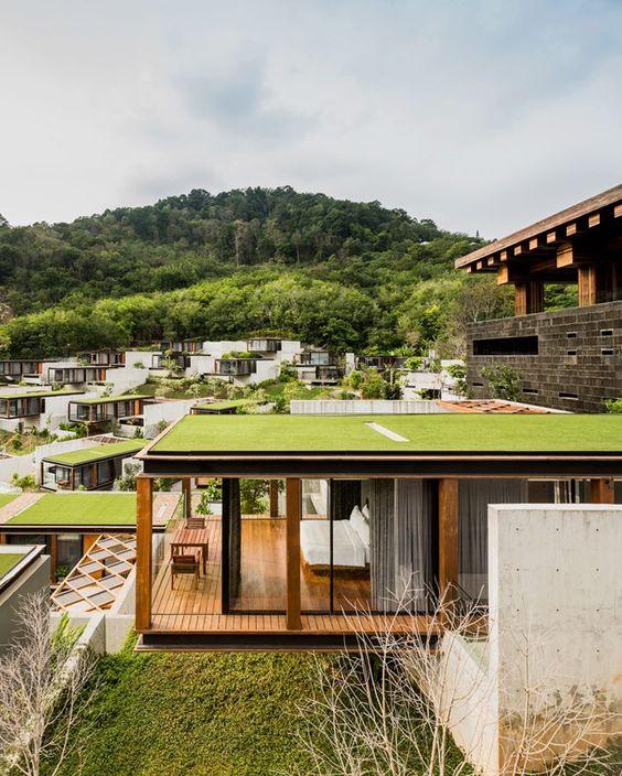 telhado verde cubo de vidro em condomínio com várias casas iguais