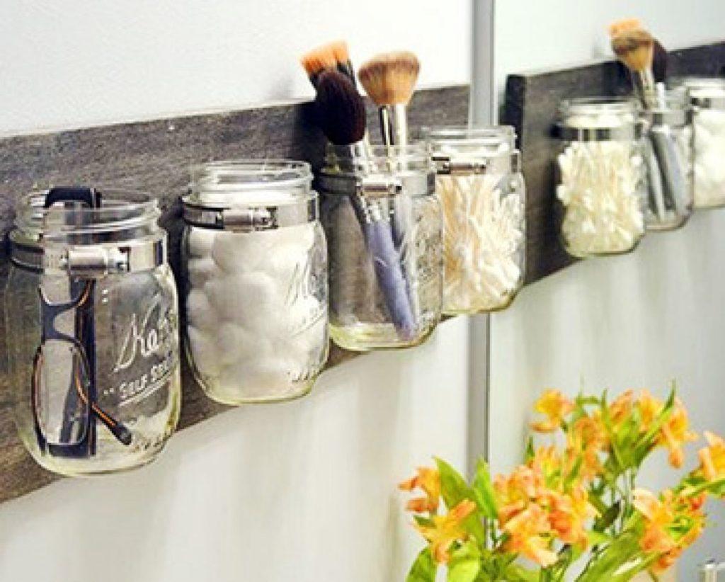 organização de banheiro com vidros porta objeto