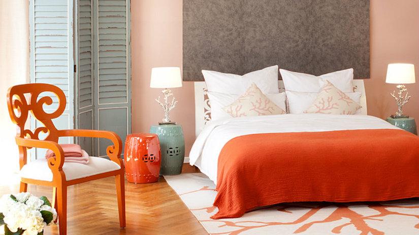 feng shui na decoração do quarto nas cores laranja, azul rosa e elemento madeira