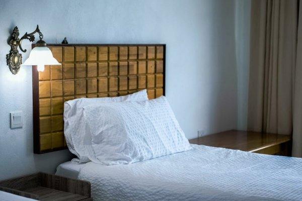 cama de solteiro com cabeceira em madeira
