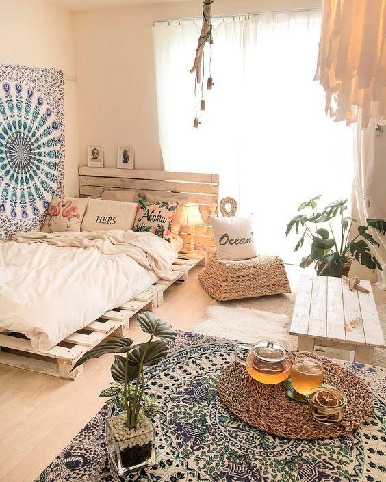 quarto com mandala na parede e no tapete