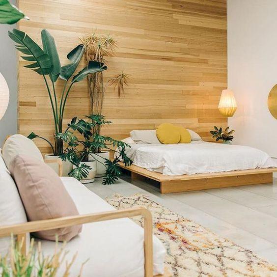 quarto com plantas e forte presença do elemento madeira