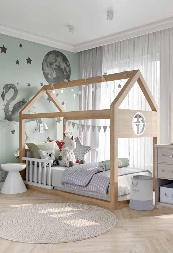 cama infantil em madeira e tons claros