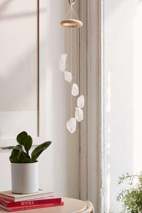 sino dos ventos em cristal e vaso de planta pequeno para equilibrar o quarto