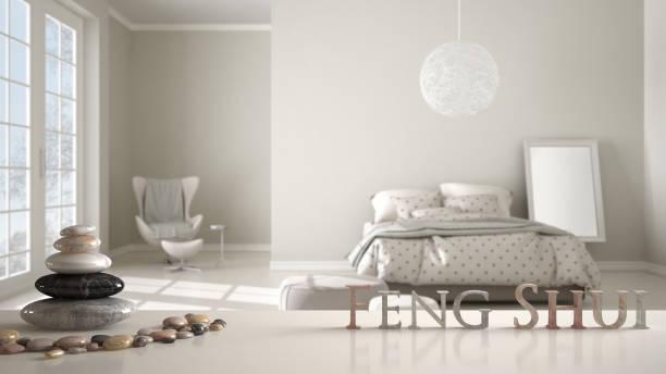 quarto minimalista com cores claras e grande janela para iluminação natural