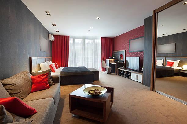 espaço conjugado sala e quarto cortinas e almofadas em tons de vermelho