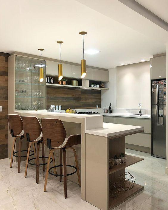 Bancada de cozinha iluminada.