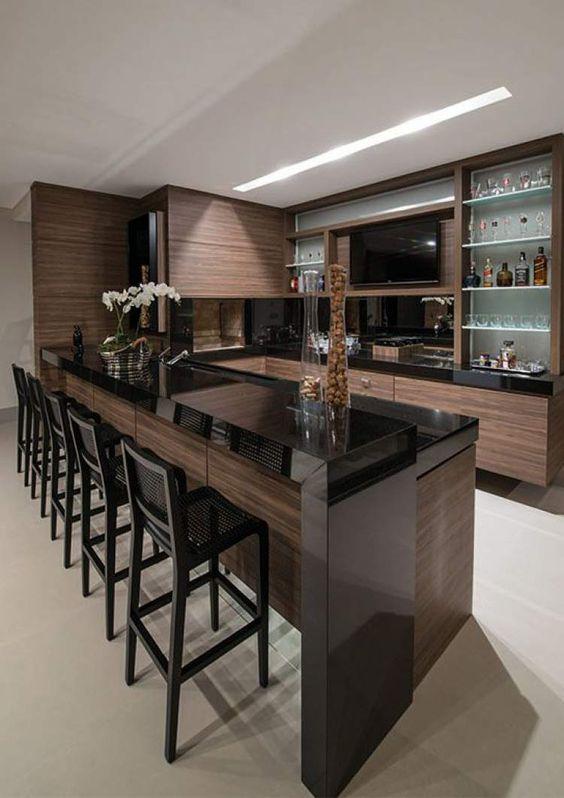 Cozinha preta e marrom.