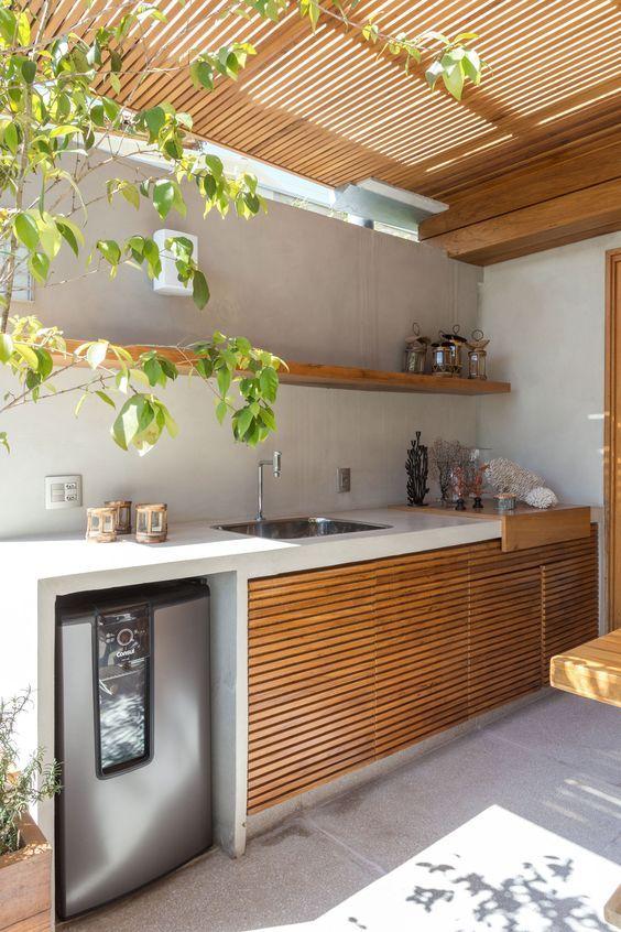 Cozinha com pergolado de madeira.