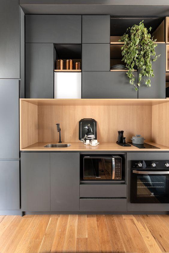 Cozinha pequena com armário cinza.