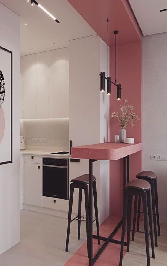Bancada de cozinha rosa.