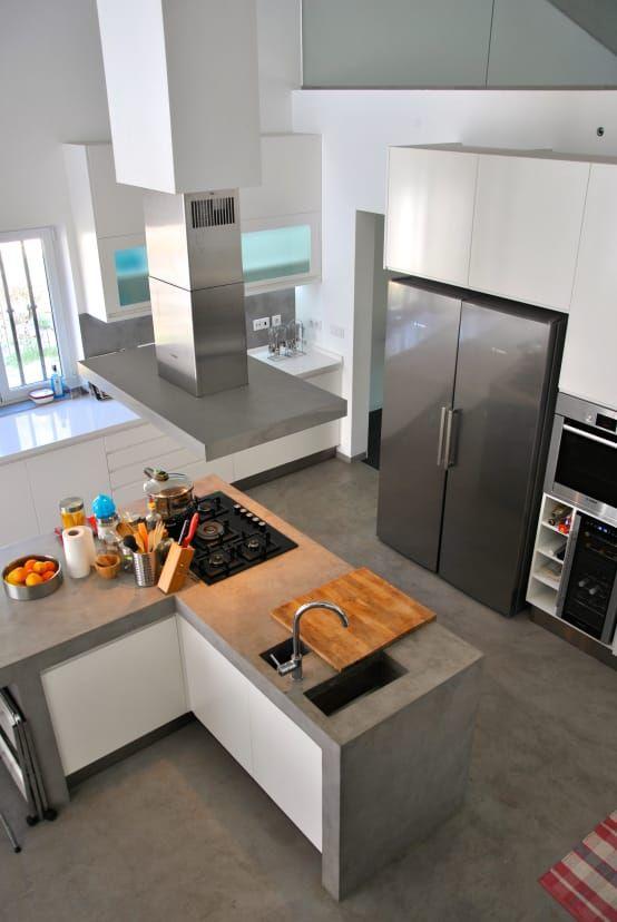 Ambiente com geladeira de duas portas.