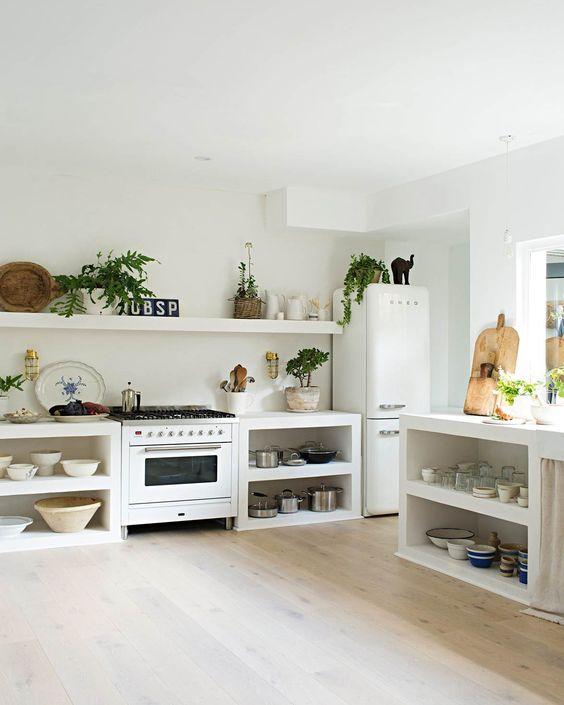 Cozinha sem armário.