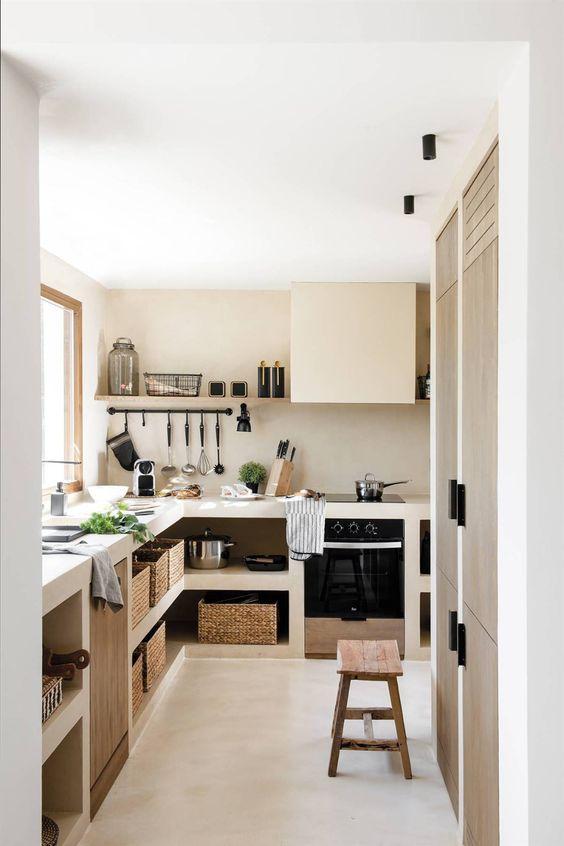 Cozinha pequena organizada com cestos.