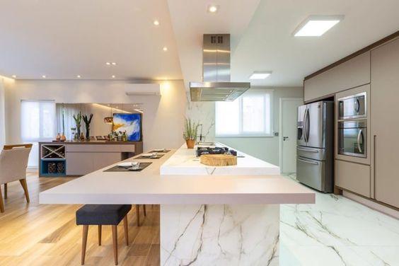 Pedra branca na bancada da cozinha.