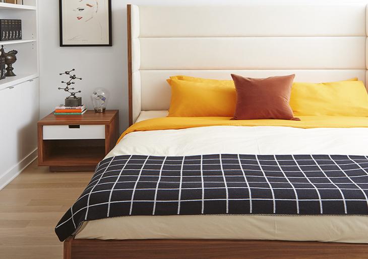 cama com cobertas listrada branca e amarelo
