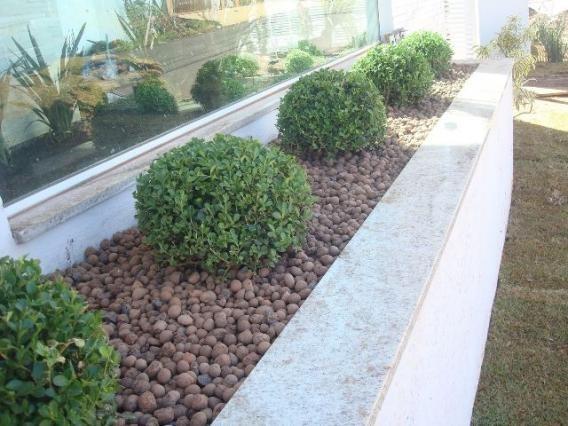 pedras para jardim de argila em canteiros
