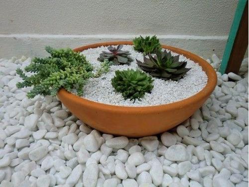 passarela com pedras de jardim