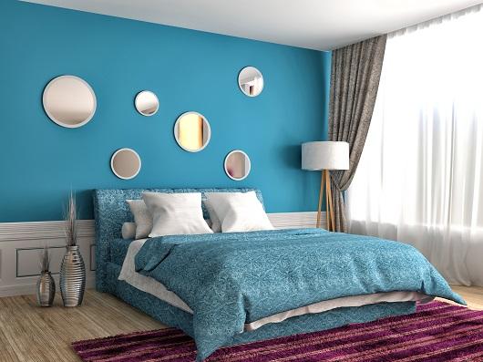 quarto parede fundo azul com espelhos feng shui pequenos