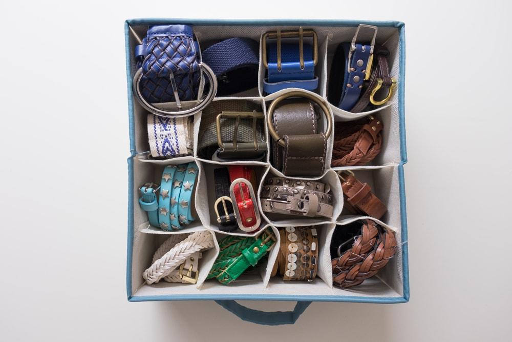 como organizar guarda roupa caixa com cintos