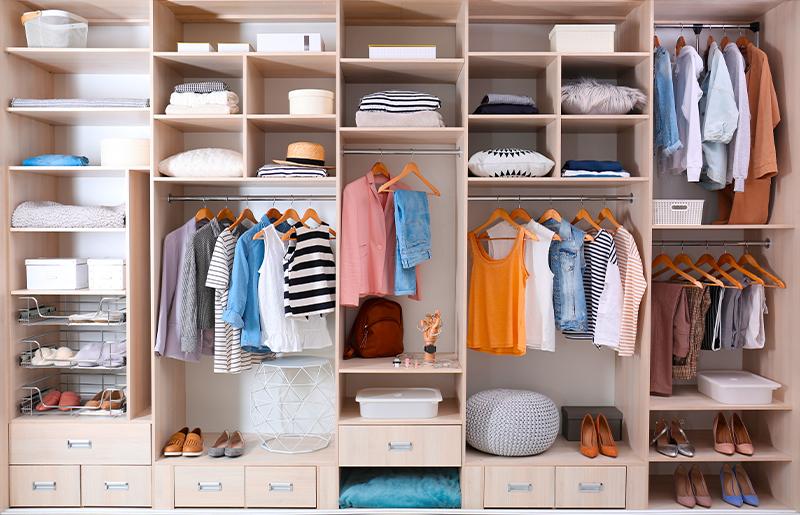 organização de guarda roupa feminino