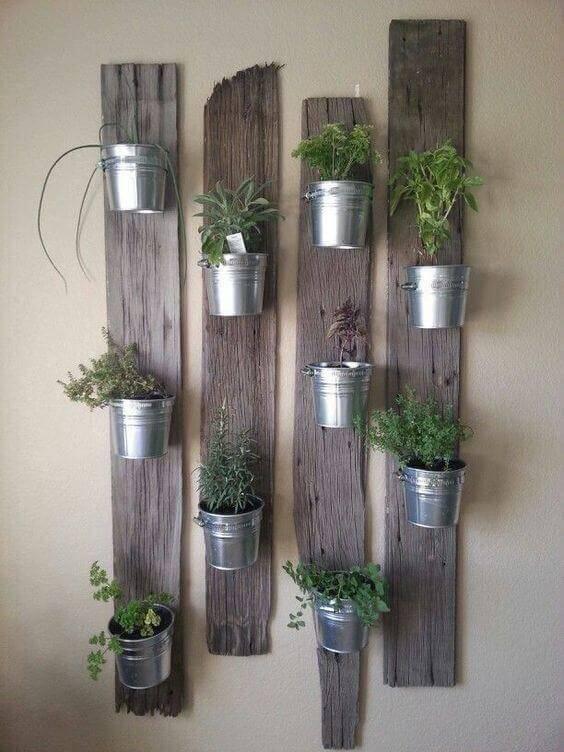 horta vertical madeira e lata