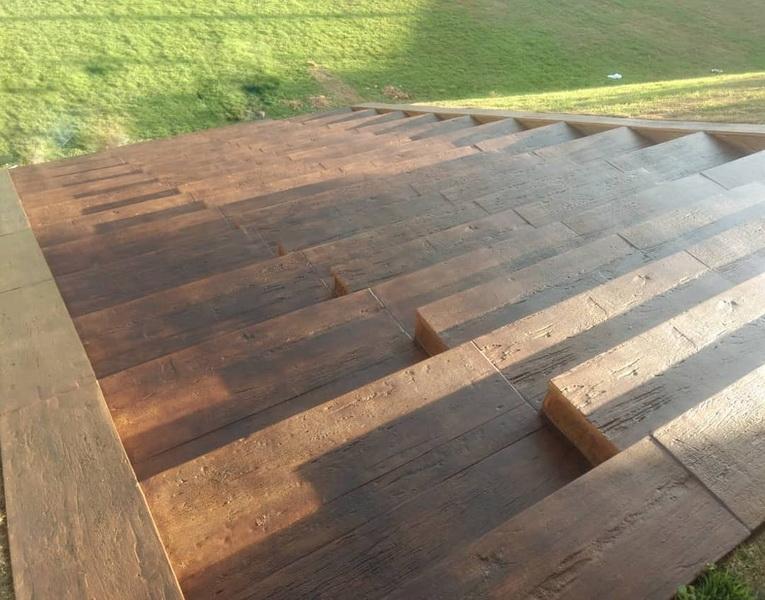 pisos que imitam madeira  na escada